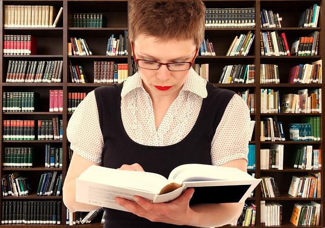 kitaplar okuyan kadın