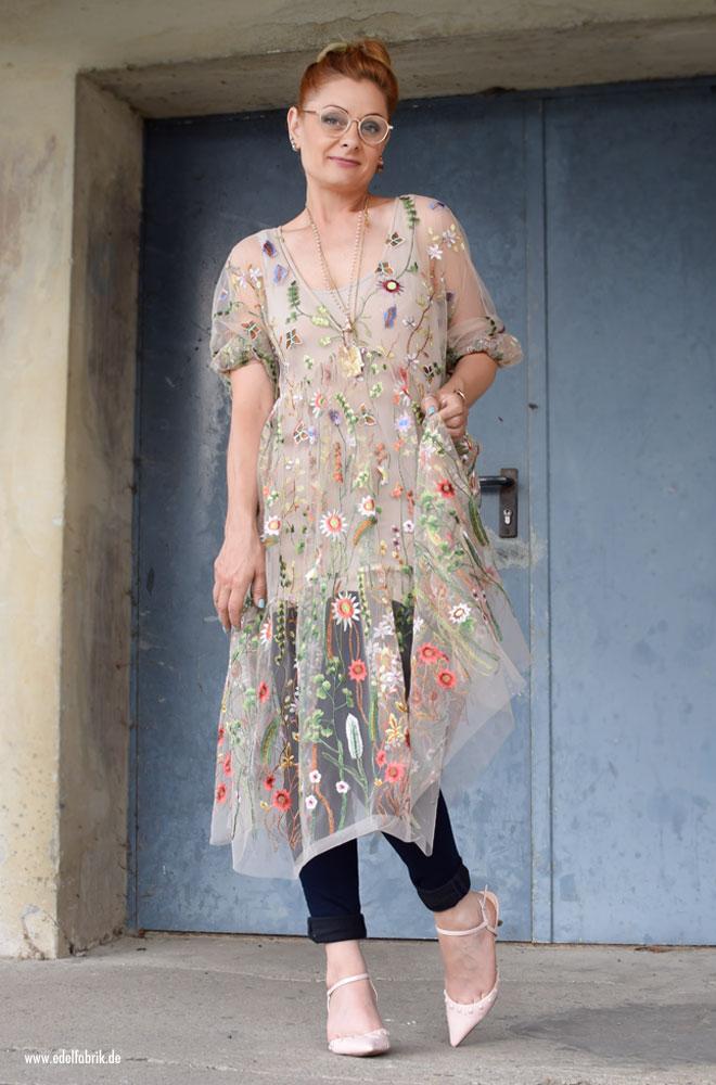 Kleid mit Blumen Stickerei zu einer langen Hose tragen