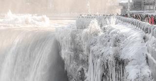 Στις ΗΠΑ κάνει τόσο κρύο, που πάγωσαν οι καταρράκτες του Νιαγάρα και το θέαμα είναι μαγευτικό