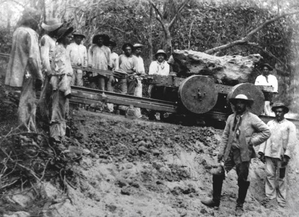 Engenheiros e ajudantes durante remoção e transporte do meteorito de Bendegó