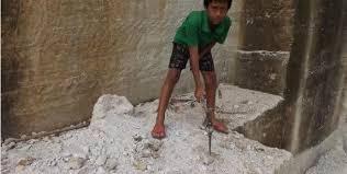 Demi Sang Ibu, Anak Ini Rela Jadi Kuli Pemecah Batu