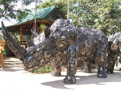 Escultura con metal reciclado de rinoceronte