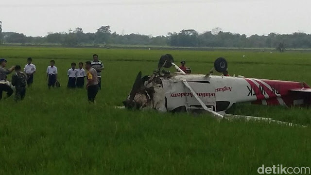 Penampakan Pesawat Latih yang Jatuh di Cirebon, Posisi Bodi Terbalik