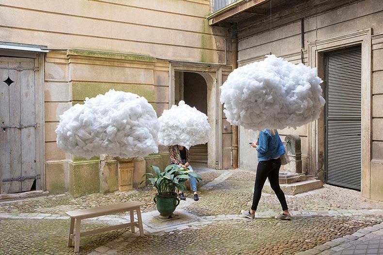 Nubes levitando proporcionar un lugar de descanso surrealista durante el Festival de Arquitectura Vives