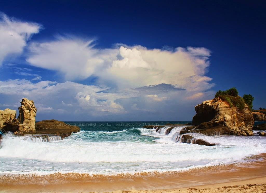 Teluk kecil di Pantai Klayar.