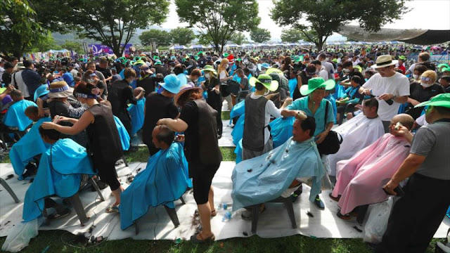 Surcoreanos se afeitan la cabeza en protesta contra escudo antimisiles THAAD de EEUU