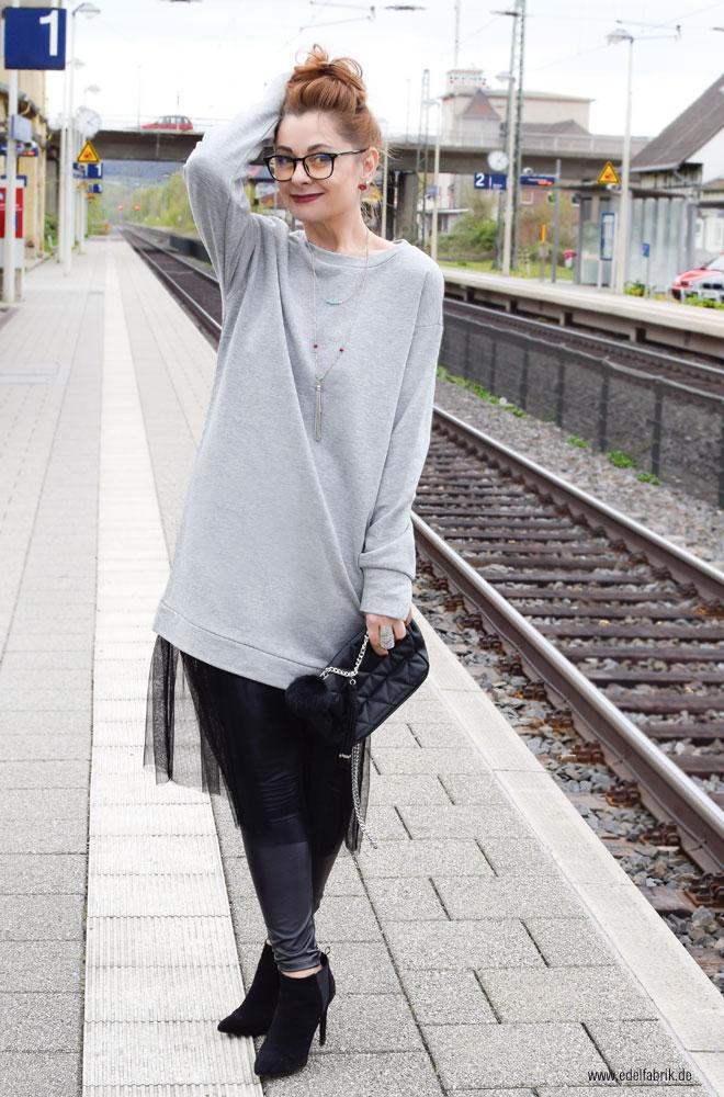 graues Kleid aus sweatshirt Stoff mit scharzem Tüll, Look