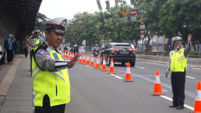 Beri Kemudahan Penumpang, Polisi Lakukan Kanalisasi di Depan Halte Cawang