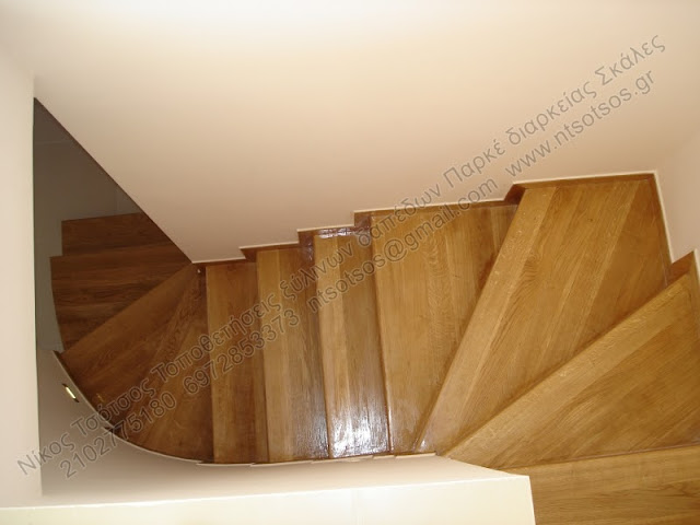 Επένδυση με δρύινο ξύλο σε σκάλα
