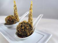 Bolitas de morcilla con airbag de kikos, confitura de piquillo y crujiente de queso de cabra con pipas y salsa PX