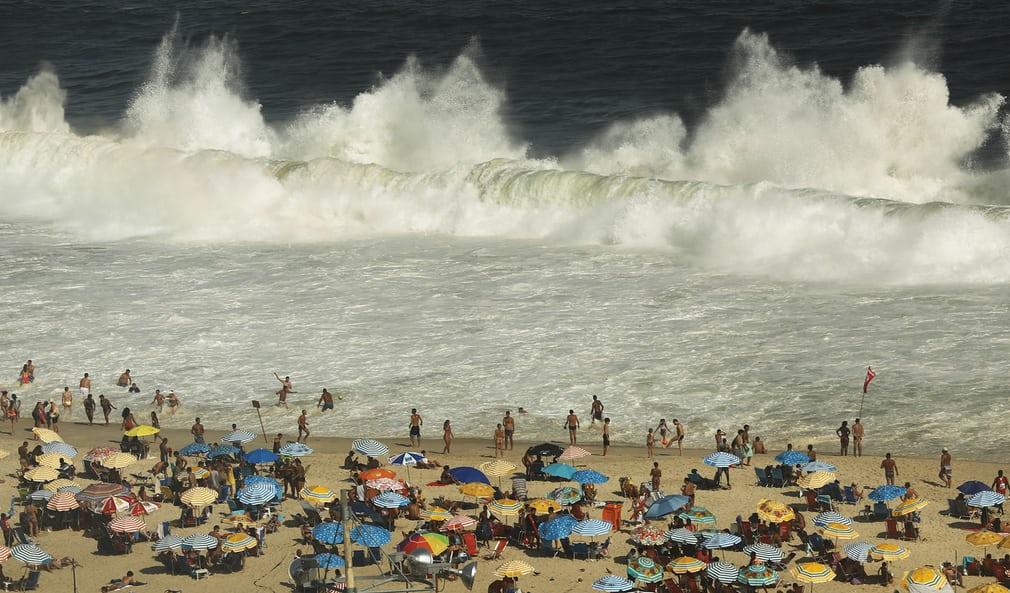 Хвилі на людному пляжі Копакабана.