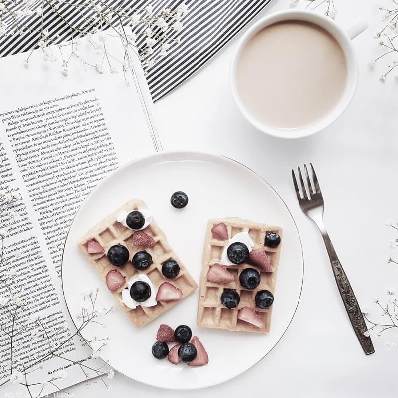 gofry z borówkami, truskawkami i jogurtem naturalnym na białym talerzu