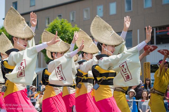 吹鼓連、高円寺駅北口広場での舞台踊り、女踊りの踊り手達の写真 4