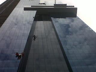 Realizando-mantenimiento-fachada