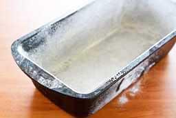 Форму посыпать мукой , смазать маслом или посыпать сухарями