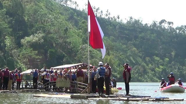Pengibaran Merah Putih Diatas Rakit di Danau Ranu Agung Probolinggo