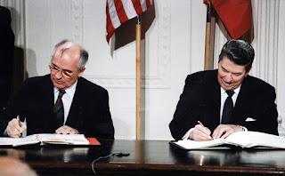 Mikhail Gorbachev dan Ronald Reagan