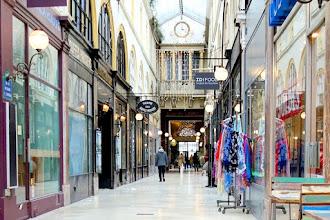 Paris : Passage Choiseul, une galerie marchande aux charmes émoussés - IIème