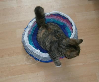 kosz-legowisko dla kota na szydełku