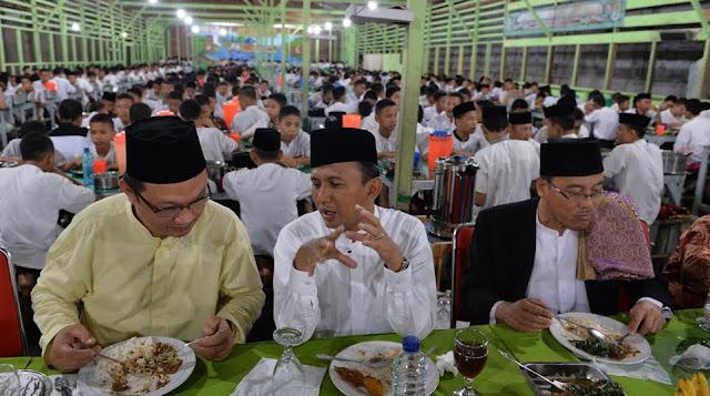 Gubsu Sahur Bersama 3.375 Santri Pesantren Ar-Raudhatul Hasanah