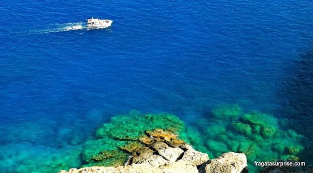 O azul do Mar egeu visto da Acrópole de Lindos, na Ilha de Rodes