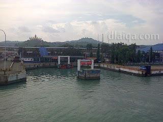 pemandangan pelabuhan dan menara siger dari atas kapal ferry