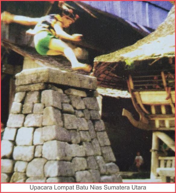 gambar upacara lompat batu nias sumatera utara