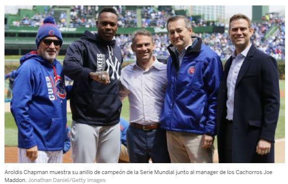 Aroldis Chapman recibió una cálida bienvenida de la afición de los Cachorros de Chicago Cubs en una frígida tarde en Wrigley Field