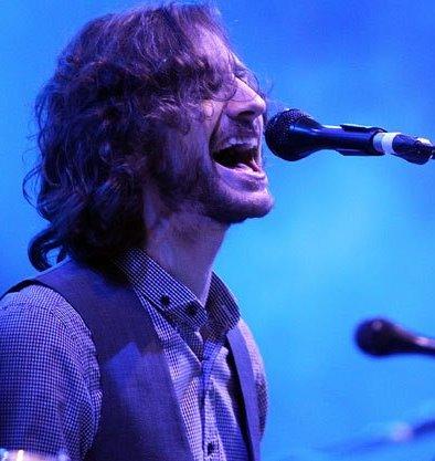 Foto de Goyte cantando en el escenario