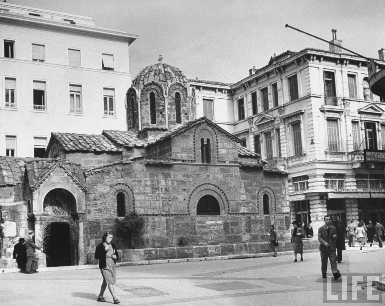 http://4.bp.blogspot.com/-c6lu6gnrX7w/Unj-oNjkcJI/AAAAAAAALs4/uNag7Y5unjA/s1600/Athens+Ermou+Dec.1944+by+Dmitri+Kessel.jpg