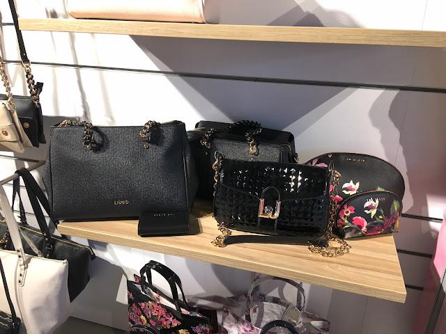 4b23ced548a Het gehele Duifhuizen assortiment is via de webshop en lokale winkels te  verkrijgen. Zo kan je een tas in de winkel uitzoeken en via de webshop  laten ...