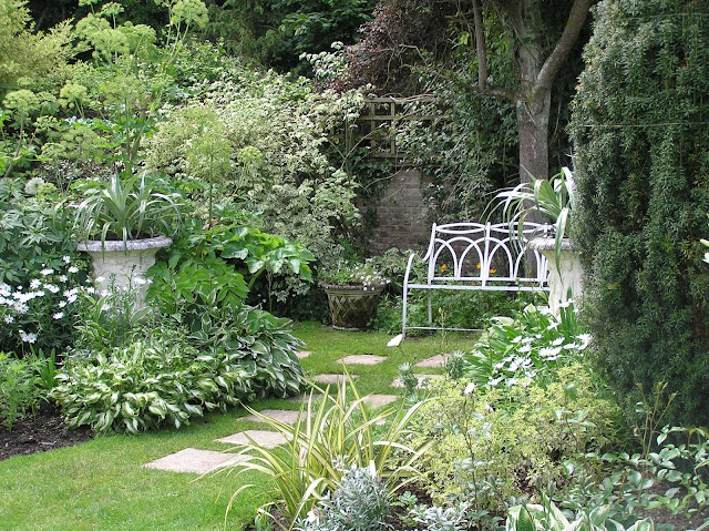 biały ogród w Chenies, ogród angielski, biała ławka