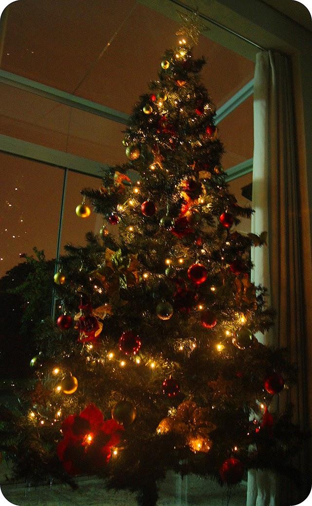 Decoração Natalina Árvore de Natal com Enfeites Vermelhos Dourados