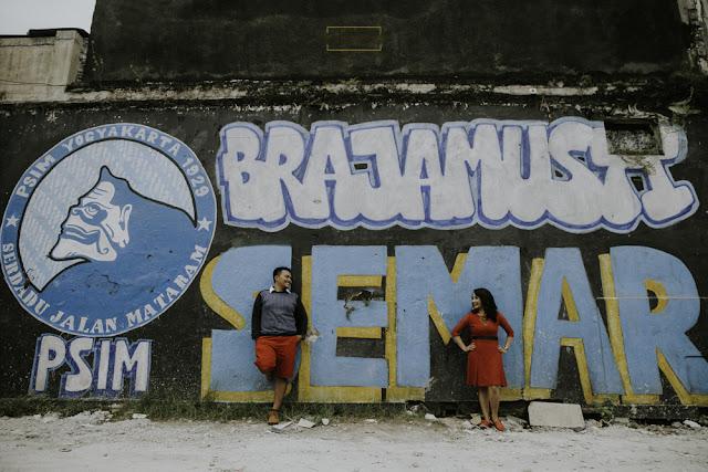prewedding casual dengan latar belakang mural semar pendukung klub sepakbola di yogyakarta