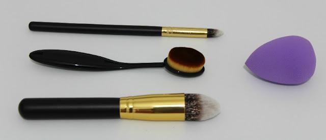 brochas y esponja de maquillaje