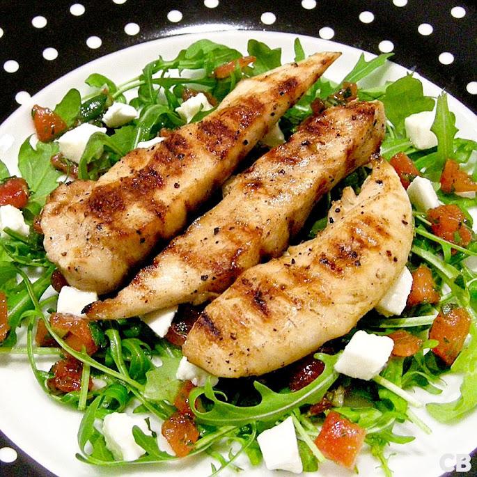 Salade van gegrilde kipreepjes met mozzarellasalsa