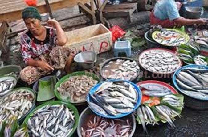 Harga ikan segar sembung jenis momar dan kawalinya pada beberapa lokasi pasar tradisional di kota Ambon mulai melonjak karena stok di pasaran.