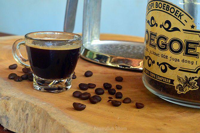 Secangkir kopi disajikan oleh Barista Loe Goe Coffee