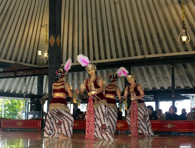 Pentas Tari di Bangsal Srimanganti Kraton Yogyakarta