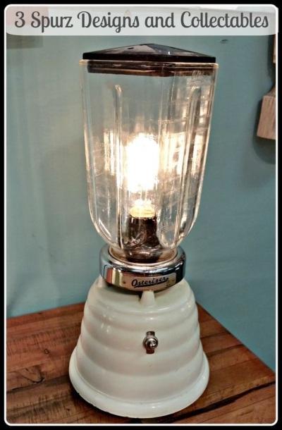Lampu meja di bawah ini terbuat dari blender vintage jenis beehive Osterizer.