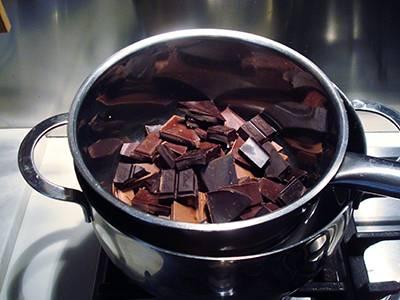 Fudge al cioccolato: sciogliere a bagnomaria i pezzi di cioccolato