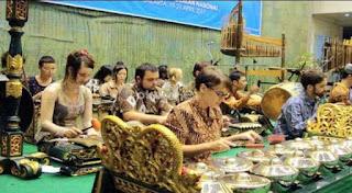 Para mahasiswa dan komunitas pencinta serta pegiat gamelan di Skotlandia menyambut antusias kedatangan pengajar gamelan dari Institut Seni Indonesia (ISI) Solo, Prasadiyanto, yang sejak lama dinantikan di Royal Conservatoire of Scotland (RCS)