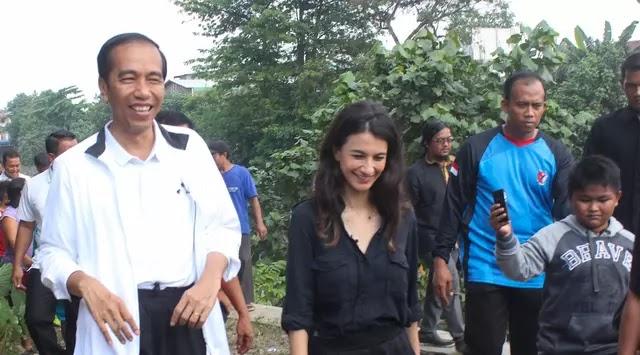 Siapakah Wanita Cantik Pendamping Jokowi di CFD Solo Itu?