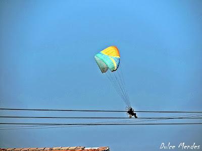 Paraglider sobrevoando a Praia do Cassino