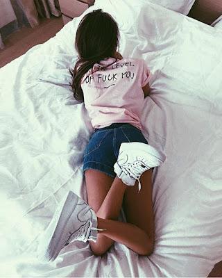 pose acostada en la cama boca abajo