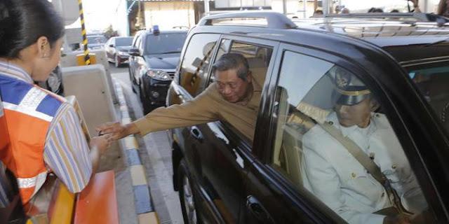 nongol3 - Jokowi Bukan Satu-satunya Presiden yang Nongol dari Jendela Mobil