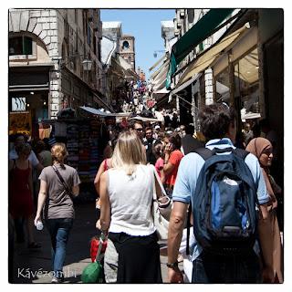 Velencei utcakép turistákkal tömve