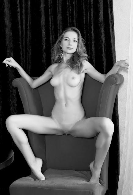 Bild av naken fotomodell med nyrakad fitta och naturliga bröst.