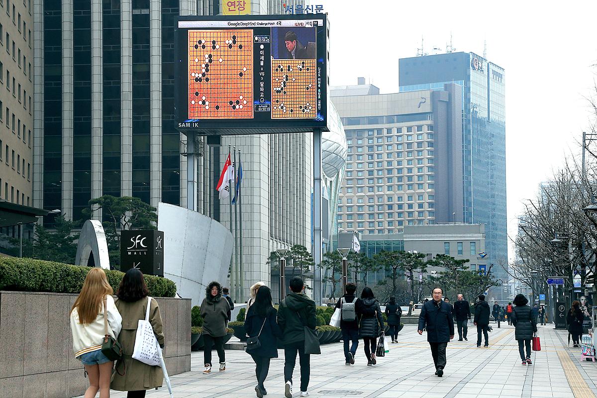 Partida de baduk en una pantalla gigante de Seúl