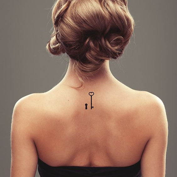 Tatuagem feminina de chave